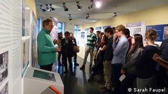 Karl Rössler erklärt einer Schulklasse die Auswirkung des Zweiten Weltkriegs in der Dritten Welt (Foto: Sarah Faupel)
