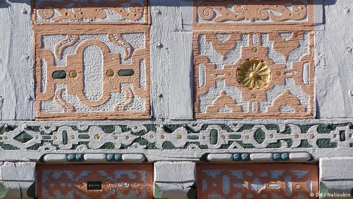 Резные украшения фасада