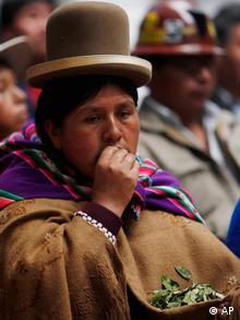 Frau in traditioneller Tracht mit Hut kaut Kokablätter in Bolivien (Quelle: AP Photo/Juan Karita)