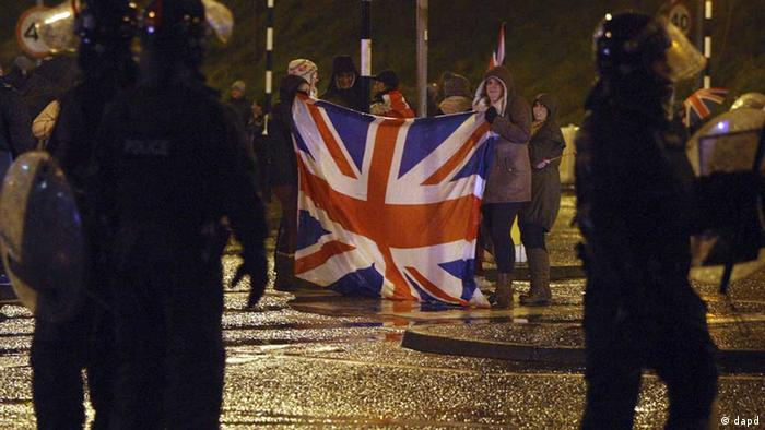 Loyalist protesters hold a British Union flag during clashes with police in the Cloughfern area of Newtownabbey, Belfast, Northern Ireland, during a Union flag protest Friday Jan. 11, 2013. Police officers were pelted with petrol bombs, fireworks and other missiles during the protest by loyalists protesters challenging the recent decision by Belfast City Council to restrict the flying of the British union flag on the City Hall. (Foto:Paul Faith, PA/AP/dapd) UNITED KINGDOM OUT - NO SALES - NO ARCHIVES. // eingestellt von se