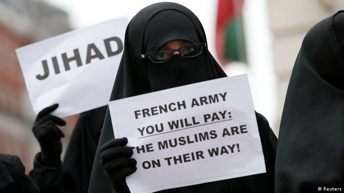 Eine vollverschleierte Muslima protestiert vor der französischen Botschaft in London gegen die französischen Militäreinsatz in Mali. Sie hält ein Plakat mit der Aufschrift: Französische Armee, du wirst bezahlen. Die Muslime sind unterwegs. (Foto: Reuters)