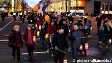 Ein Laternenumzug bewegt sich während der Meile der Demokratie am 12.01.2013 durch die Magdeburger Innenstadt, um gegen einen Neonazi-Aufmarsch zu protestieren. Anlass des Neonazi-Aufmarschs ist der 68. Jahrestag der Bombardierung Magdeburgs im Zweiten Weltkrieg. Aus Protest hatte die Stadt ein großes Straßenfest gegen Rechtsextremismus in der Innenstadt organisiert, zu dem 14 000 Menschen erwartet werden. Die Zahl der erwarteten Neonazis wurde zuletzt auf 1400 geschätzt. Foto: Andreas Lander/dpa +++(c) dpa - Bildfunk+++