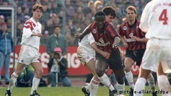 Anthony Yeboah rushes for the ball in a 1991-92 seaason match for Frankfurt, against Bayern Munich