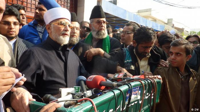 Tahir-ul-Qadri talks to the media outside his house before leaving for Islamabad march (Photo: DW/ Tanvir Shahzad)