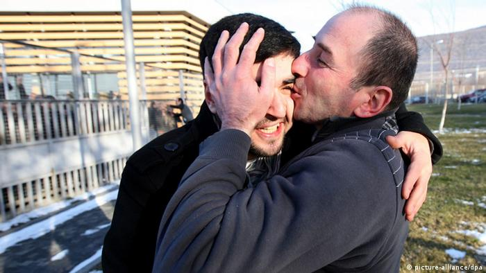 epa03533167 Former prisoners react as they leave the Gldani prison in Tbilisi, Georgia, 13 January 2013. EPA/ZURAB KURTSIKIDZE +++(c) dpa - Bildfunk+++