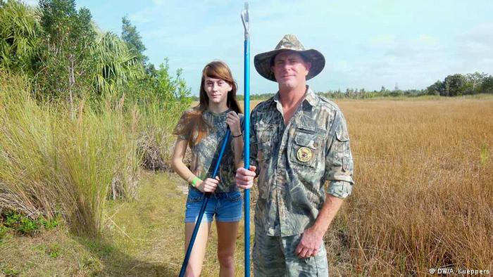 18 year old Jennifer Ferguson and her father Jim Ferguson are participants in the Florida Python Challenge 2013. Here they stand, with python catching implements in their hands, near their home in the Everglades, Florida (USA), in December 2012 (Photo: DW/Anja Kueppers) zugeliefert von: DW/Andre Leslie, EP