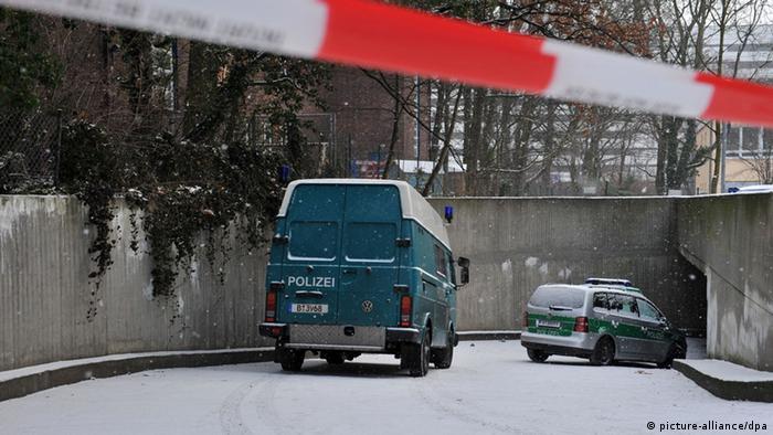 Zwei Polizeiwagen stehen am 14.01.2013 in Berlin in einer Zufahrt zu einer Tiefgarage im Stadtteil Steglitz. Von dort aus haben bislang unbekannte Täter einen Tunnel zu einem Tresorraum einer Bank gegraben. Mit ihrer Beute konnten die Räuber unerkannt fliehen. Foto: Paul Zinken/dpa