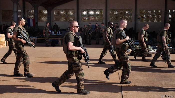 Französische Soldaten passieren einen Hangar der malischen Luftwaffenbasis in Bamako (Foto: Reuters)
