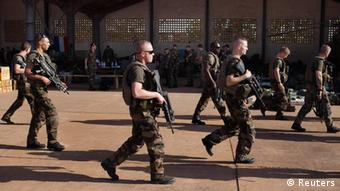 Armed soldiers walking REUTERS/Joe Penney (MALI - Tags: CONFLICT MILITARY POLITICS)