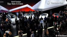 General view of members of the media gathered at the Mercedes Benz stand at the North American International Auto Show in Detroit, Michigan January 14, 2013. REUTERS/James Fassinger (UNITED STATES - Tags: TRANSPORT BUSINESS)