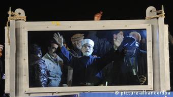 Tahirul Qadri berpidato kepada massa dibalik kaca anti peluru