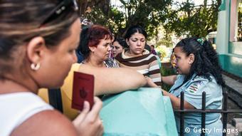 Kubaner mit Reisepässen stehen in einer Schlange (Foto: Getty Images)