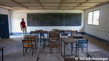 Titel: Altes Klassenzimmer Ort: Bagamoyo, Tansania Fotograf: Gerald Henzinger Datum: 30.05.2011 Beschreibung: Wichtige Persönlichkeiten wirkten in dieser Institution mit. Ein Beispiel ist die ehemalige Vizedirektorin der FRELIMO-Schule, Graça Machel, die Ehefrau des ehemaligen Staatspräsidenten Mosambiks, Samora Machel. Später war sie Bildungsministerin Mosambiks und wurde als Gattin des ehemaligen südafrikanischen Präsidenten Nelson Mandela weltbekannt. zugeliefert von: DW/ Johannes Beck