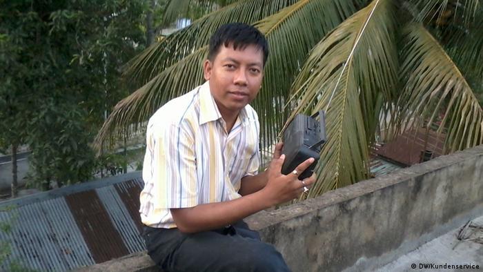 Clubleiter Debakamal sitzend, mit einem Radioempfänger