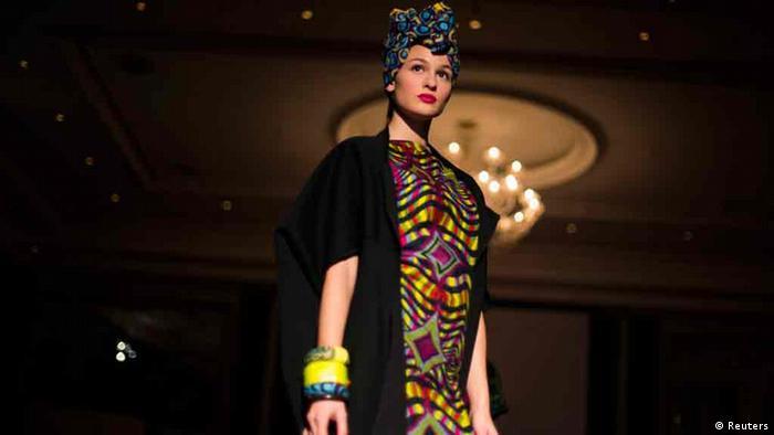 Ein Model präsentiert einen Entwurf von Nomi By Naomi während des Africa Fashion Day Berlin, Teil der Berlin Fashion Week. 15. Januar 2013. REUTERS/Thomas Peter (GERMANY - Tags: FASHION)