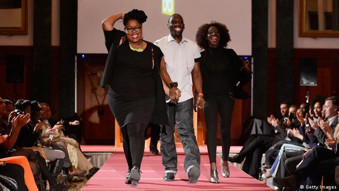 Die Designer (L-R) Naomi, Romero Bryan und Adama Amanda Ndiaye nach ihrer Show auf dem Laufsteg (Photo by Frazer Harrison/Getty Images for Mercedes-Benz)