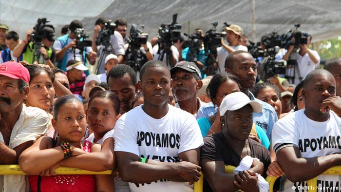 The victims of Colombia's war waiting for the president to arrive (Photo: Nils Naumann / DW)