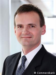 Carsten Fritsch Rohstoffanalyst / Senior Commodity Analyst zugeliefert von Martin Koch Er hat Bestätigung von Carsten Fritsch, dass wir es honorarfrei verwenden dürfen. Die Rechte sind bei der Commerzbank.