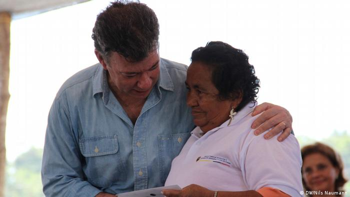 Colombia's President Santos giving the financial compensation to one of the victims (Photo: Nils Naumann / DW)