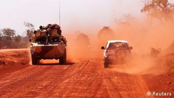 Vojna vozila idu prašnjavom cestom