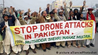 Pakistaner protestieren mit einem Banner gegen Drohnenangriffe der USA - Foto: Photoshot (picture alliance)