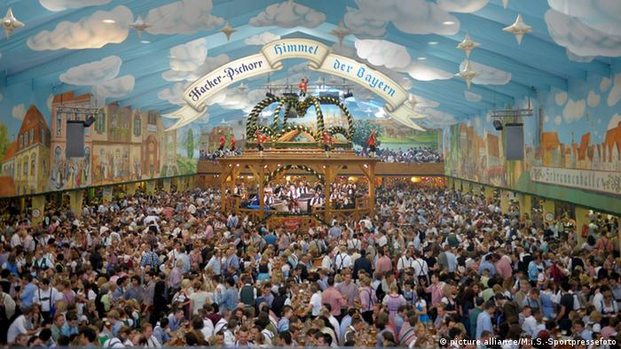 A crowded beer tent during the Oktoberfest in Munich (picture alliance/M.i.S. Sportpressefoto)