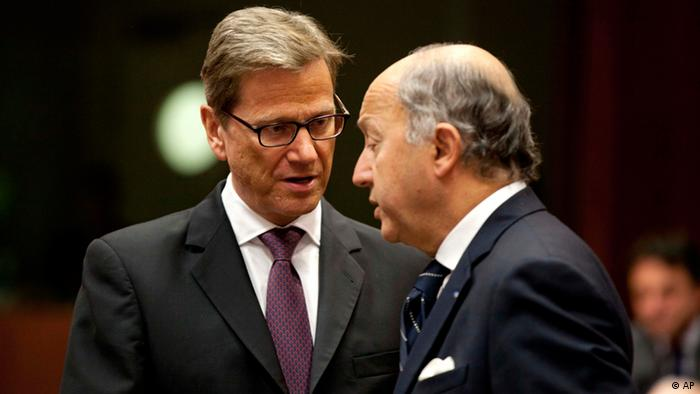 German Foreign Minister Guido Westerwelle, left, speaks with French Foreign Minister Laurent Fabius during an emergency meeting of EU foreign ministers Foto:Virginia Mayo/AP/dap)