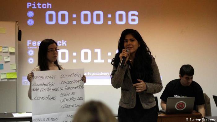 Una joven empresaria presenta su proyecto en Lima.
