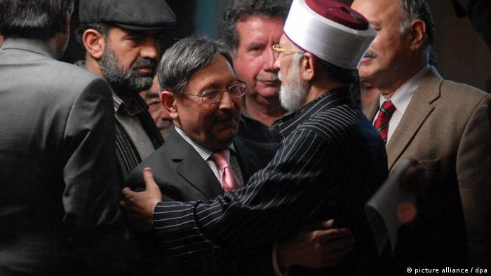 Tahir-ul-Qadri (second to right), greets Law MinisterFarooq Naek (third to left), after a government delegation successfully negotiated an end to the four-day long protest march, in Islamabad, Pakistan, 17 January 2013 (Photo: EPA/W. KHAN)