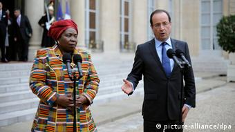 epa03470357 French President Francois Hollande (R) and African Union (AU) Chief Nkosazana Dlamini-Zuma (L), speak to journalists after their meeting at the Elysee Palace in Paris, France, 14 November 2012. The main goal of their meeting was to speak about the crisis in Mali. EPA/YOAN VALAT