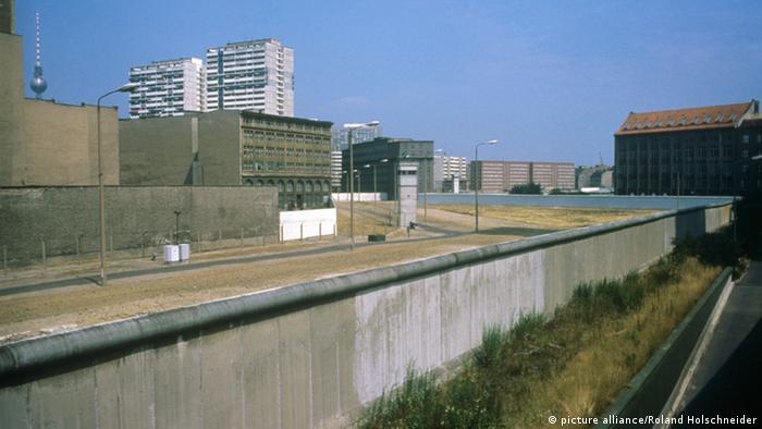 Blick am 17.07.1986 auf die Berliner Mauer von West-Berlin aus fotografiert kurz vor dem 25. Jahrestags des Mauerbaus. Vom 13.08.1961, dem Tag des Mauerbaus, bis zum Mauerfall am 09.11.1989 waren die Bundesrepublik Deutschland und die DDR durch den Eisernen Vorhang zwischen West und Ost getrennt.