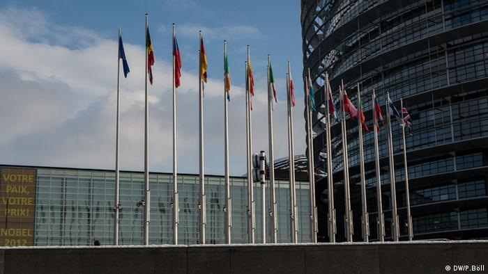 Fahnen vor dem EU-Parlaments in Straßburg, Frankreich. Foto: Philipp Böll / DW
