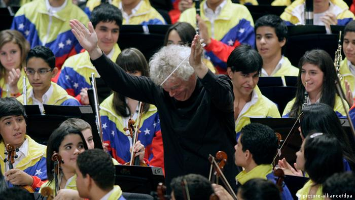 Rattle performing with children and young people in Venezuela (c) picture-alliance/dpa