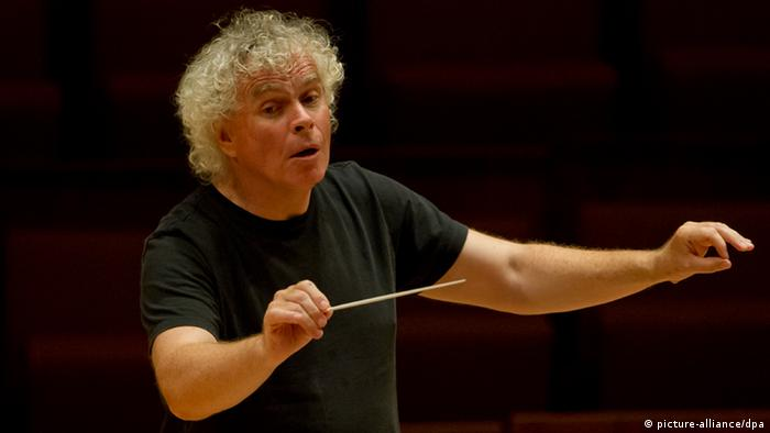 Simon Rattle conducting (c) picture-alliance/dpa