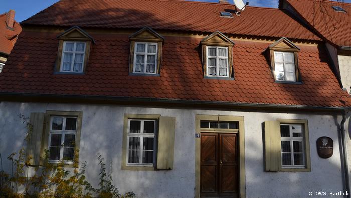 Das in Bad Lauchstädt gelegene Wohnhaus der Schauspielerin Minna Planer. Sie wurde die erste Ehefrau Richard Wagners, der hier im Sommer 1834 bei ihr wohnte. Daran erinnert eine Tafel an der Fassade des Hauses, November 2012; Copyright: DW/S. Bartlick