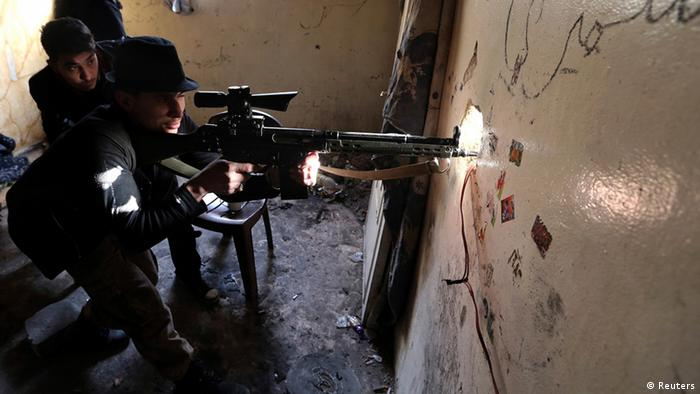 A Free Syrian Army fighter aims his rifle before opening fire at Syrian Army soldiers in the Arabeen neighbourhood of Damascus January 18, 2013. REUTERS/Goran Tomasevic (SYRIA - Tags: TPX IMAGES OF THE DAY CONFLICT)