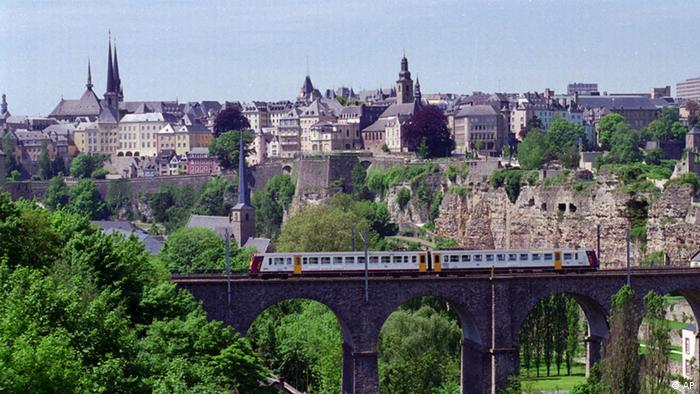Luxemburg's old town skyline is seen from across the deep gorge that runs through the city in July, 1996. The Grand Duchy of Luxembourg doesn't get a lot of turns in the spotlight. It's an independent country tinier than Rhode Island, the smallest U.S. state, and it would fit inside Germany, its neighbor to the east, 138 times with room to spare. It won no medals at the 2012 London Olympics; its only gold came at the 1952 Helsinki Games, in the men's 1,500 meters. But this week is Luxembourg's turn to shine. Prince Guillaume, the heir to the throne _ the grand duke-to-be _ will marry the Belgian Countess Stephanie de Lannoy. It will be a two-day affair, including fireworks, concerts, a gala dinner at the grand ducal palace, and two marriages between the betrothed _ a civil wedding Friday afternoon and a religious ceremony Saturday morning. (Foto:Paul Ames/AP/dapd)