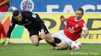 Mainz' Zdenek Pospech (R) and Freiburg's Daniel Caligiuri vie for the ball during the German first division Bundesliga football match 1.FSV Mainz 05 vs. SC Freiburg, in Mainz, southwestern Germany, on January 19, 2012. AFP PHOTO: DANIEL ROLAND/AFP/Getty Images