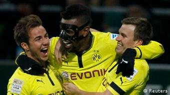 Borussia Dortmund's Felipe Santana (C) celebrates his goal with Mario Goetze (L) and Kevin Grosskreutz during their German Bundesliga first division soccer match against Werder Bremen in Bremen January 19, 2013. REUTERS/Wolfgang Rattay (GERMANY - Tags: SPORT SOCCER) DFL RULES TO LIMIT THE ONLINE USAGE DURING MATCH TIME TO 15 PICTURES PER GAME. IMAGE SEQUENCES TO SIMULATE VIDEO IS NOT ALLOWED AT ANY TIME. FOR FURTHER QUERIES PLEASE CONTACT DFL DIRECTLY AT + 49 69 650050