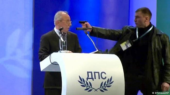 Der Attentäter richtet aus nächster Nähe seine Gaspistole auf Dogan (Foto: dapd)