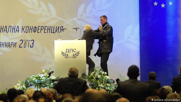 Dogan versucht den Attentäter abzuwehren(Foto: dpa)