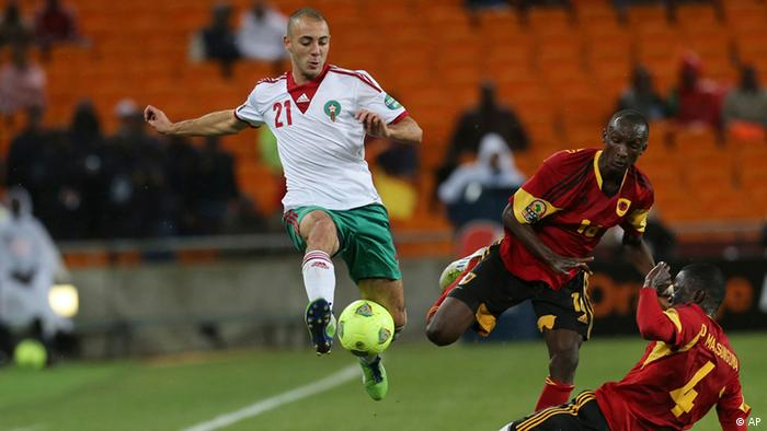 Morocco's Nordin Amrabat, top left, is challenged by Angola's Massunguna Afonso, bottom right, and teammate Pirolito Panzo, center, during their African Cup of Nations group A soccer match at Soccer City stadium in Soweto, South Africa, Saturday Jan. 19, 2013. (Foto:Themba Hadebe/AP/dapd)
