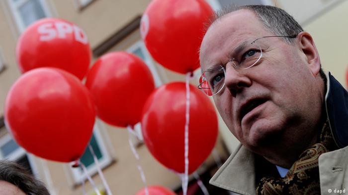 Niedersachsen/ Der Kanzlerkandidat der SPD, Peer Steinbrueck, steht am Samstag (19.01.13) in Goettingen beim Strassenwahlkampf der SPD fuer die Landtagswahl 2013 in Niedersachsen vor roten Luftballons. Die Wahl findet am Sonntag (20.01.13) statt. Foto: Swen Pfoertner/dapd