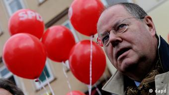 An image of Peer Steinbrück at the elections in Lower Saxony (Photo: Swen Pfoertner/dapd)