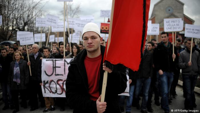 Protestierende Albaner mit Schildern demonstrieren gegen den Abriss des Denkmals (Foto: ARMEND NIMANI/AFP/Getty Images)