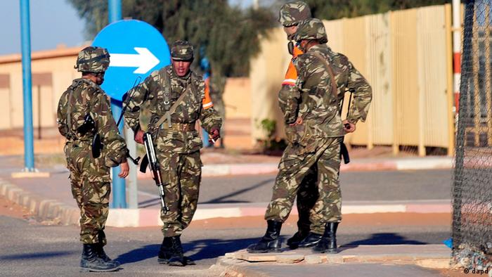 Algerian soldiers secure the airport in Ain Amenas, Algeria, before the departure of freed hostages Saturday (Photo: Mohamed Kadri/Xinhua/AP/dapd)