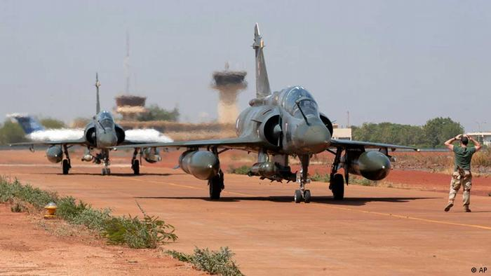 In this picture dated Thursday, Jan. 17, 2013 and released by the French Army Communications Audiovisual office (ECPAD) a soldier directs two French Mirage 2000D after landing at Bamako airport, Mali. Mali's military claimed Friday that it has held control of a key town where Islamic extremists had battled forces for a week, though aid groups said they were unable to reach the area to provide humanitarian assistance. (Foto: AP) / Eingestellt von wa