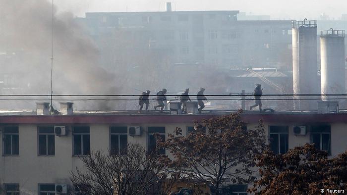 Sicherheitskräfte auf dem Dach des attackierten Hauptquartiers der Verkehrspolizei