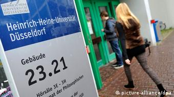 A woman entering the Faculty of Arts at the University of Düsseldorf (Photo: Marius Becker/dpa)