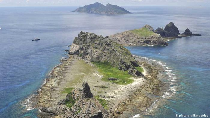 Japan kauft drei umstrittene Senkaku-Inseln ©Kyodo/MAXPPP - 11/09/2012 ; TOKYO, Japan - File photo taken Sept. 2, 2012, shows (from front) Minamikojima, Kitakojima and Uotsuri islands, part of the Japanese-controlled Senkaku Islands in the East China Sea, which are known in China as Diaoyu and in Taiwan as Tiaoyutai. (Kyodo)